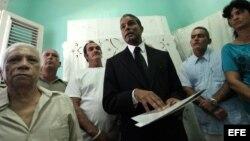 """Biscet, acompañado de una decena de disidentes, presentó el 9 de enero de 2013, el """"Proyecto Emilia"""", que propone recoger firmas para promover el cambio de la isla hacia la democracia."""