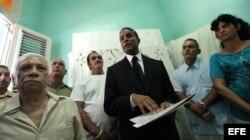 El opositor cubano Óscar Elías Biscet (c), acompañado por una decena de disidentes.