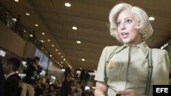 La artista estadounidense Lady Gaga posa para los fotógrafos a su llegada al Aeropuerto Internacional de Narita, en Tokio (Japón).