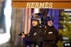 Miembros de la policía francesa custodian la zona.