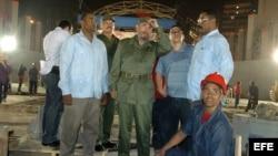 Fidel Castro supervisa la construcción de la Tribuna Abierta Antiimperialista José Martí.