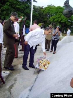 Flores a Carlota del espía cubano y el coronel Castro Espín.
