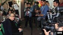 Archivo. Alfredo Guevara habla con periodistas