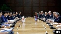 Raúl Castro (d); y el primer ministro de Japón, Shinzo Abe (i), asisten a una firma de acuerdos hoy, jueves 22 de septiembre de 2016, en el Palacio de la Revolución de La Habana (Cuba). Abe, llegó hoy a Cuba en una breve visita oficial, la primera de un
