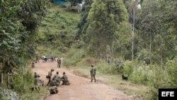 Soldados custodian el material de guerra de los 11 soldados muertos que dejó el ataque de la guerrilla de las FARC en el Cauca (15 de mayo, 2015).