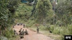 Un grupo de soldados custodia el material de guerra de los 11 soldados muertos que dejó el ataque de la guerrilla de las FARC en la noche del martes.