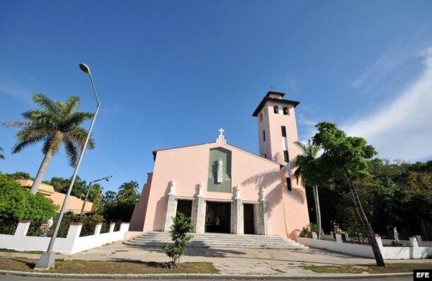 Fotografía tomada este 14 de junio de 2010, que muestra la fachada de la parroquia de Santa Rita de Casia, ubicada en el residencial barrio de Miramar, en La Habana.