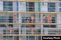 Trabajadores indios mucho mejor pagados que los cubanos fueron contratados para construir hoteles en Cuba.