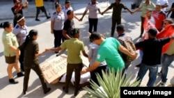 Represión contra las Damas de Blanco. (Archivo)