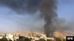 Una columna de humo que se eleva sobre el centro de Damasco, Siria, tras registrarse dos fuertes explosiones, el 26 de septiembre de 2012.
