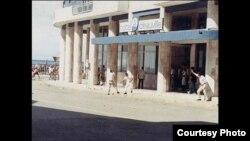 Agentes castristas disparan sobre la multitud desde el Hotel Deauville, La Habana 5 de agosto, 1994.
