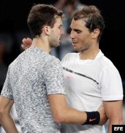El tenista búlgaro Grigor Dimitrov (i) felicita por su victoria al español Rafael Nadal.