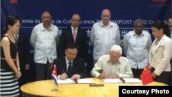 El ministro de Comercio Exterior e Inversiones Rodrigo Malmierca Díaz y Xu Qin, alcalde de la ciudad de Shenzhen en la firma de la compra.