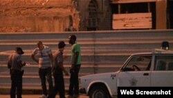 Reporta Cuba Policías revisan carnet de identidad