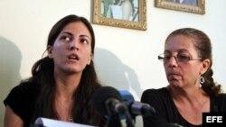 ARCHIVO. Ofelia Acevedo (d), viuda del fallecido disidente cubano Oswaldo Payá y su hija Rosa María Payá.