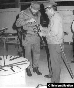 Gen. de Brigada Luis Pérez Róspide muestra a Fidel Castro las creaciones de la Unión de la Industria Militar.