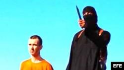 Imágenes del video de la ejecución de Haines.donde se ve al encapuchado que el FBI dice haber identificado. Archivo
