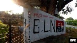 Un mural alusivo la guerrilla del ELN en el casco urbano de la población de El Palo, Cauca, al surocidente de Colombia. (Archivo)