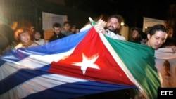 Manifestantes unen las banderas de México y de Cuba al exterior de la Cancilleria en la capital mexicana durante una protesta. Archivo.