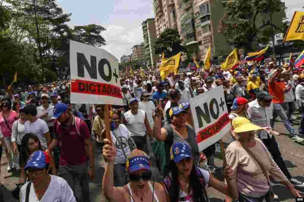 Centenares de opositores se enfrentaron a los cuerpos de seguridad para mantenerse en las calles protestando, pese al uso de bombas lacrimógenas por parte de las fuerzas policiales.