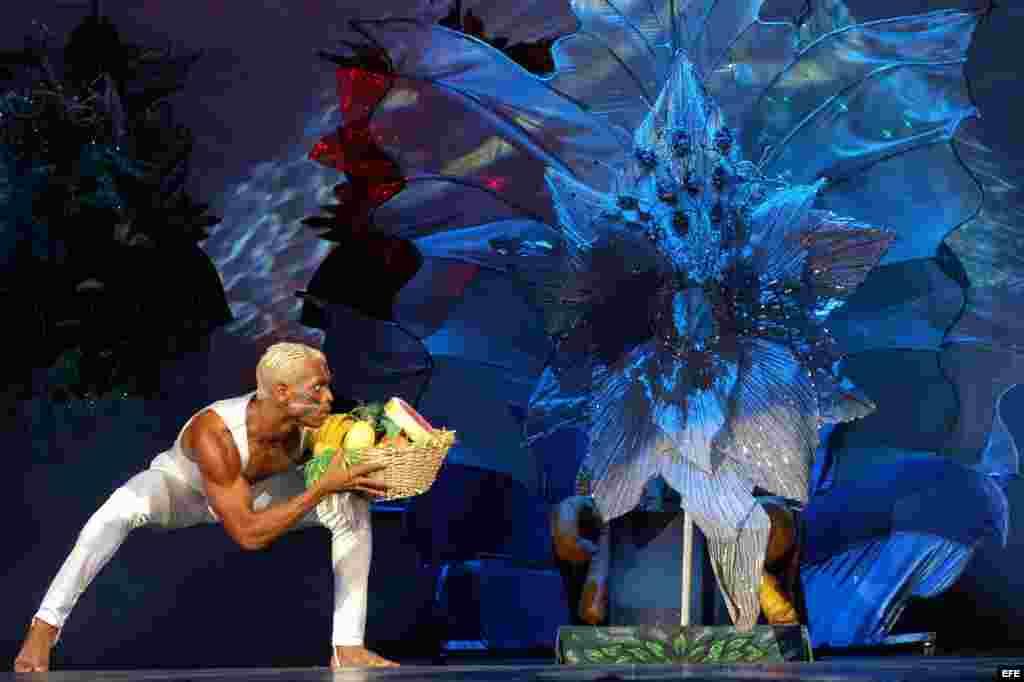 El cuerpo de baile del cabaret Tropicana actua para los participantes del VIII Congeso Mundial Yoruba, durante una Gala Cultural celebrada en el Teatro Nacional de La Habana el 8 de julio de 2003.