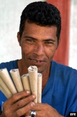 Vendedor de maní, típico en las calles de Cuba, posa con su mercancía. Los vendedores ambulantes han reaparecido con fuerza después de la crisis económica de los años noventa.