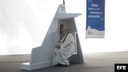 Fotografía facilitada por el periódico Osservatore Romano hoy 29 de julio de 2013 que muestra al papa Francisco (d) escuchando una confesión de un joven en el parque de Quinta Da Boa Vista en Río de Janeiro, Brasil.