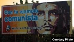 """Un cartel en una calle de La Habana alude al """"espíritu comunista"""" en el que se inspira el Gobierno cubano."""