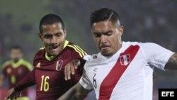 El centrocampista peruano Juan Vargas (d) y el defensa venezolano Roberto Rosales (i) durante el partido Perú-Venezuela.