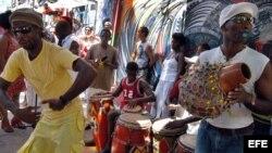 Un joven baila acompañando a la agrupación rumbera Iroso Obba, en el Callejón de Hammel de La Habana.