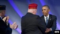 El presidente estadounidense, Barack Obama (d), saluda a un veterano durante la Convención Nacional de la Legión Americana en Charlotte, Carolina del Norte.
