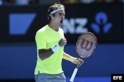 El tenista suizo Roger Federer celebra un tanto ante el italiano Simone Bolelli.