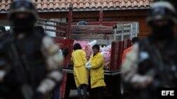 Expertos en minería analizan el uranio decomisado por la policía boliviana el martes 28 de agosto de 2012, luego de un operativo policial.