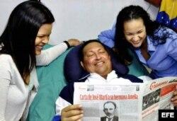 La foto cedida por Miraflores de Hugo Chávez junto a sus hijas leyendo el diario cubano Granma. (Archivo)
