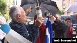 Varios cubanos celebran en Madrid el fallecimiento de Fidel Castro.