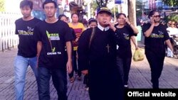 Simpatizantes de blogueros detenidos desfilan con pulóveres negros en Vietnam.