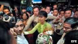 Aung San Suu Kyi (c), llega al aeropuerto de Rangún, Birmania, para viajar a Estados Unidos hoy, domingo 16 de septiembre de 2012.