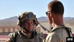 Foto de archivo tomada el 23 de agosto de 2011 y facilitada por Defense Video & Imagery Distribution System (DVIDS) del sargento estadounidense Robert Bales (izq) en el Centro Nacional de Entrenamiento de Fort Irwin, California (Estados Unidos).
