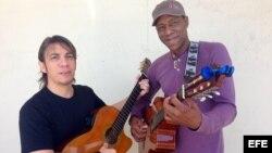 """Los cantautores cubanos Juan José """"Juanchi"""" Hernández (i) y Tony Ávila (d), en San Juan (Puerto Rico) junio 2014."""