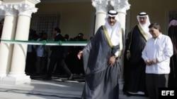 El príncipe de Arabia Saudí, Khaled Bin Saud Bin Khaled Al-Saud (i), el embajador de esa nación en Cuba, Saeed Hassan Aljomae (c) y el canciller cubano, Bruno Rodríguez Parrilla (d), recorren la nueva sede de la embajada saudí.