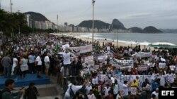 Unas cuatro mil personas participaron en Río de Janeiro (Brasil), en una protesta contra una enmienda a la constitución que estudia el Congreso brasileño para reducir los poderes de investigación del Ministerio Público.