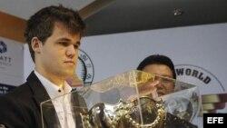 El Campeón del Mundo de Ajedrez, el noruego Magnus Carlsen, de 22 años, sostiene su trofeo durante la ceremonia de premiación del Campeonato Mundial de la FIDE celebrada en Chennai (India), hoy, lunes 25 de noviembre de 2013.