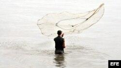 """La pesca en el contaminado río """"Guaso"""""""