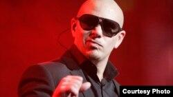 Pitbull durante un concierto. Foto: Eva Rinaldi/Flickr