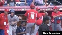 Un pelotero cubano es felicitado al regresar al dugout .