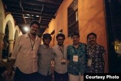 Juan Camilo Cruz (c) junto con Gael García Bernal (2do izq) y otros colegas durante el Hay Festival de Cartagena (cortesía Ambulante).
