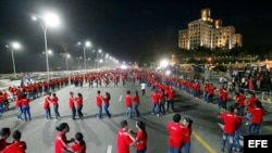 Unas 980 parejas intentan conseguir un Record Guinness, bailando en una rueda de casino, en un tramo del Malecón en La Habana
