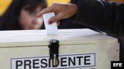 Una mujer vota en Santiago (Chile).