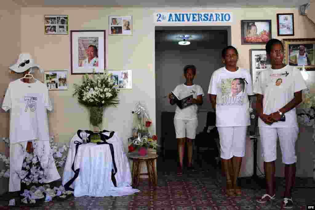 Integrantes del grupo Damas de Blanco se reúnen en la sede de la agrupación durante un homenaje por el segundo aniversario del fallecimiento de su líder Laura Pollán.