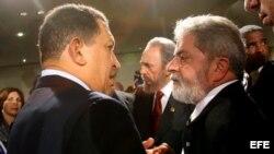 Hugo Chávez (izq) Luiz Inácio Lula da Silva (der) y Fidel Castro (c) en Córdoba, en Argentina.